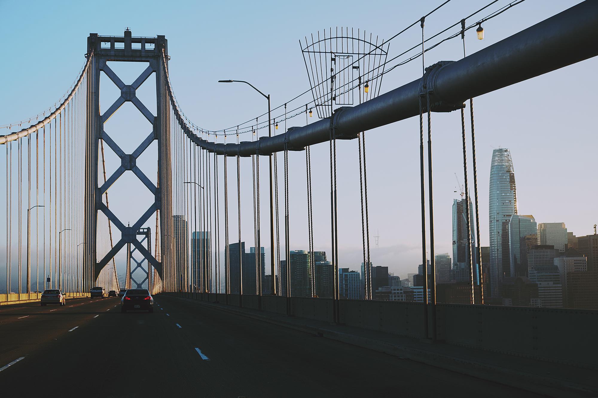 Fahrt über die Bay Bridge nach San Francisco; Kalifornien