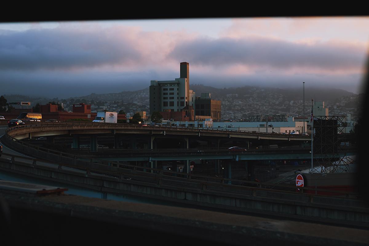 San Francisco bei Sonnenuntergang und Nebel; Kalifornien